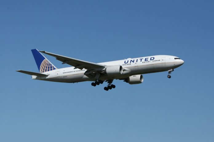 White United Airlines Plane - Pascal Renet